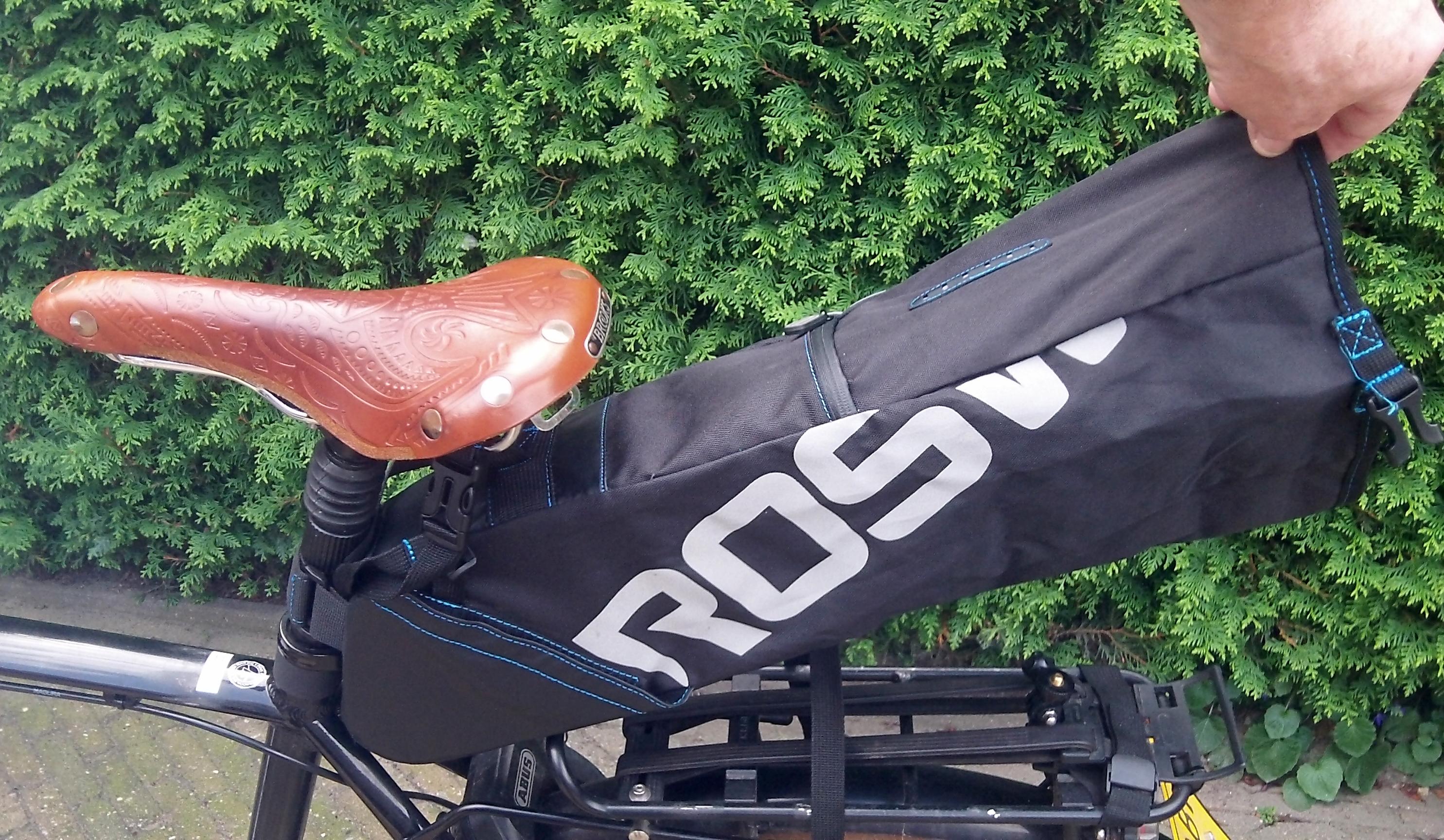 1059d6940e2 Het is wel even uitproberen hoe je deze fietstas het beste kan sluiten maar  als je dat trucje eenmaal door hebt dan heb je ...